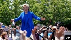 힐러리 클린턴 전 국무장관이 13일 뉴욕 루즈벨트 섬에 모인 수천 명의 지자자들에게 연설을 하고 있다.