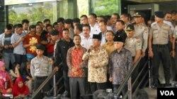 Prabowo Subianto dan Hatta Rajasa, didampingi Ketua KPK Abraham Samad usai melaporkan harta kekayaannya ke KPK. (VOA/Andylala Waluyo)