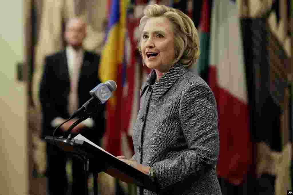 Hillary Rodham Clinton menjawab pertanyaan pada konferensi pers di PBB (10/3), terkait penggunaan alamat surat elektronik peribadi untuk keperluan tugas sebagai menteri luar negeri, yang ia sebut hanya masalah kenyamanan saja. (AP/Richard Drew)