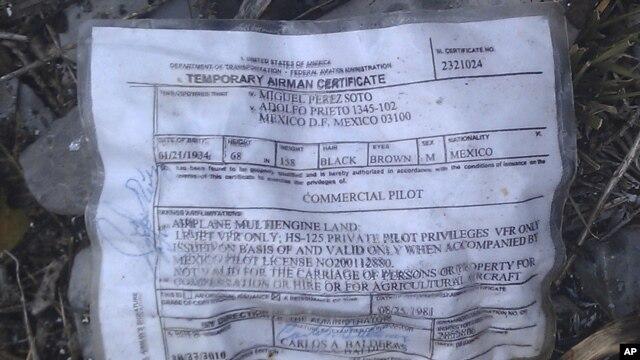 Un certificado temporal de un miembro de la tripulación fue encontrado en el lugar del accidente.