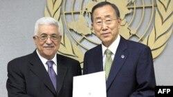 Палестинський президент Махмуд Аббас передає генеральному секретареві ООН Пан Гі Муну листа з проханням визнати палестинську державність під час засідання Генеральної Асамблеї в Нью-Йорку