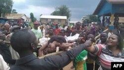 Une foule portant le corps d'une victime manifeste des massacres répétés à Beni, Nord-Kivu, 15 août 2016.