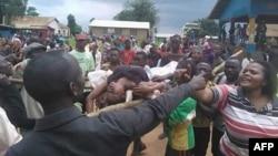 Une dispute entre manifestants qui transportent sur civière une victime devant l'hôpital local à Beni, Nord-Kivu, 15 août 2016.