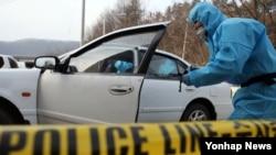 25일 세종시 장군면 금암리 한 편의점에서 괴한이 엽총을 발사한 가운데, 경찰 과학수사대가 현장 조사를 벌이고 있다.