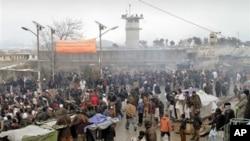 아프가니스탄 바그람 공군기지 앞에서 '코란 소각' 사건에 항의하는 시위대.