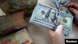 Việt Nam trả nợ công vay từ trong nước lẫn nước ngoài lên đến hàng trăm tỷ đồng hàng năm