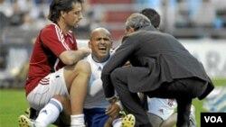 Humberto Suazo cuando se lesionó el hombro jugando por el Zaragoza ante el Real Madrid en España, a fines de abril.