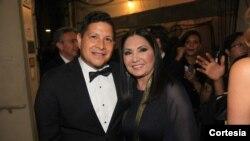 La cantante Ana Gabriel y Antonio Tijerino, presidente de la Fundación Herencia Hispana.