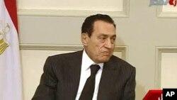 电视画面显示埃及总统穆巴拉克在开罗参加一个会议