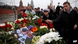 Ciudadanos rusos colocan ofrendas florales donde Boris Nemtsov murió de cuatro tiros en la espalda.