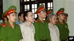 Ông Ðoàn Văn Vươn (thứ nhì từ trái) và anh trai Đoàn Văn Sinh (thứ tư từ bên trái) trước tòa án Nhân dân Thành phố Hải Phòng, ngày 2/4/2013.