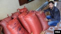 Ông Vincent Mourou, đồng chủ sở hữu công ty Marou, bên cạnh những bao tải hạt cacao ở miền nam Việt Nam. (ảnh: V. Marou)