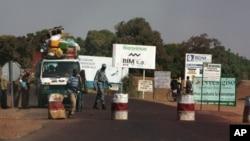 马里士兵在中部地区一检查站拦下一辆公交车