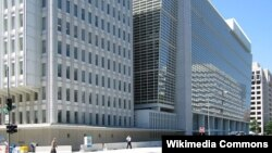 Kantor pusat Bank Dunia di Washington, DC (foto: dok). Bank Dunia mengatakan telah menyalurkan 16,3 miliar dolar ke negara-negara miskin dalam setahun ini.