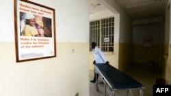 Une infirmière déplace un brancard à Karisimbi, dans le sud du Goma, le 24 mai 2013.