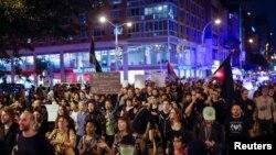 紐約市曼哈頓8月20日晚﹐示威者支持美國密蘇里州弗格森鎮一名黑人青年被警察擊斃所引發的遊行抗議。