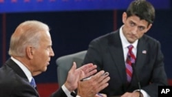 Wakil Presiden AS Joe Biden (kiri) dan kandidat wakil presiden Partai Republik Paul Ryan dalam debat di Centre College, Danville, Kentucky. (Foto: AP)