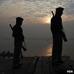 Polisi India berjaga-jaga dekat lokasi peledakan di Varanasi, India, di pinggir sunggai Gangga.