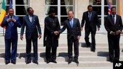 Le président français François Hollande et son homologue nigérian Goodluck Jonathan au centre, entourés de quatre dirigeants africains, le 17 mai 2014 à Paris.