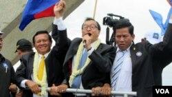 Nhà lãnh đạo đối lập Kampuchea Sam Rainsy (giữa) trở về nước sau gần 4 năm tự ý sống lưu vong