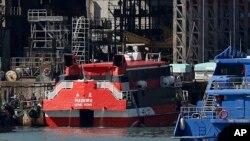 Mộc chiếc phà cao tốc được đưa vào xưởng tàu sau tai nạn trên tuyến đường từ Hong Kong đến Macau