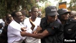 Kizza Besigye arrêté par des policiers lors d'un rassemblement à Kampala, Ouganda, juillet 2012