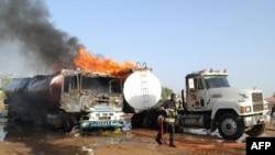 Un pompier près des camion citernes en flammes après un attentat suicide à Maiduguri, Nigeria, le 3 mars 2017.