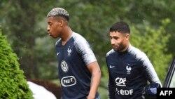 Beki wa Ufaransa Presnel Kimpembe (Kushoto) na ' midfielder Nabil Fekir (Kulia) wakiwasili Clairefontaine-en-Yvelines on June 5, 2018, kuanza mafunzo.