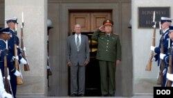 2006年7月18日年前美国国防部长拉姆斯菲尔德接待时任中国军委副主席的郭伯雄。(美国国防部资料照)
