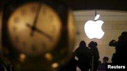 Logo của Apple phía sau đồng hồ tại nhà ga Grand Central ở quận Manhattan, New York, ngày 21/2/2016.
