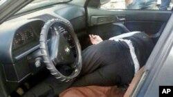 Syekh Saad El-Deen Ghieh tergeletak di dalam mobilnya setelah kelompok bersenjata menyerang mobilnya di Tripoli, Lebanon Utara (12/11).