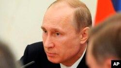 Presiden Rusia Vladimir Putin hari Rabu (7/5) mendesak referendum pemisahan diri di Ukraina timur ditunda.