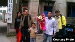 广州等地维权人士前往看守所接杨崇出狱,结果扑空(微博图片)