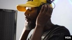 Benjamín Pacheco, rapero y miembro de Free Convict, en el estudio (El Point). Caracas, Venezuela. Foto: Fabiana Rondón, VOA.