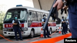 香港警方押解李宇軒4月7日到法庭提堂時荷槍實彈如臨大敵 (路透社照片)