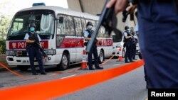 香港警方押解李宇轩4月7日到法庭提堂时荷枪实弹如临大敌