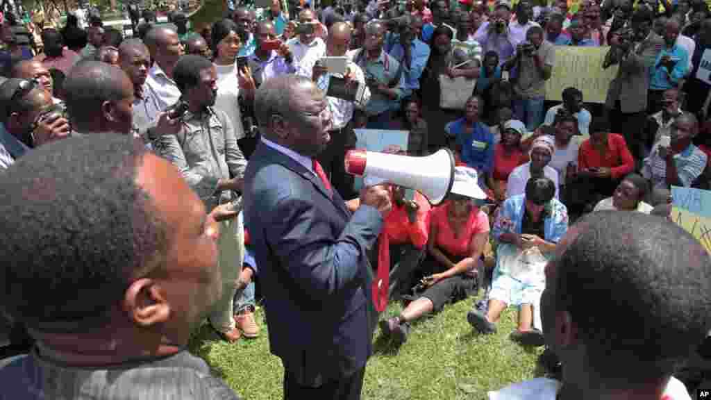 Morgan Tsvangirai, l'un des leaders de l'opposition, s'adresse à la foule lors d'une manifestation à Harare pour réclamer des informations sur un militant d'opposition disparu il y a un an, le 9 mars 2016.