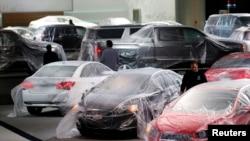 خودروهای تازه تولید شده در آمریکا در نمایشگاهی در دیترویت، میشیگان.