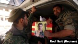 YPG militanları, IŞİD'in Tel Abyad saldırısında ölen bir silah arkadaşlarının tabutunu taşıyor