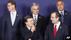 歐盟委員會主席巴羅佐(左前方)與希臘總理薩馬拉斯(前右)星期四在布魯塞爾舉行的歐盟首腦會議上,2012年10月18日,歐洲領導人再次聚集協議新任命專人監管歐元國家銀行