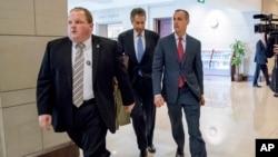 Uno de los exjefes de campaña de Donald Trump, Corey Lewandowski llegó este jueves al Capitolio acompañado pos su abogado para reunirse con los miembros del comité de Inteligencia en el Capitolio.