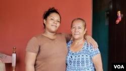 Katherin Martínez logró abrazar a su familia el jueves luego de pasar más de tres meses retenida en el sistema penitenciario de Nicaragua. Foto Daliana Ocaña/VOA.