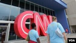 Para pengunjung melewati pintu masuk kantor pusat pemberitaan CNN di Atlanta (Foto: dok). Deplu AS mengecam pemberitaan terkait buku harian dubes AS yang terbunuh di Libya, Christopher Stevens yang ditayangkan Jum'at, 21 September 2012 dalam acara yang dipandu Anderson Cooper, AC 360.