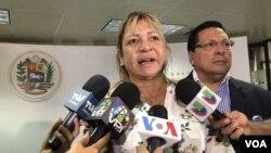 La diputada opositora, Yanet Fermín, denuncia cómo las fuerzas policiales en venezuela violaron su inmunidad parlamentaria el 13 de diciembre de 2010. VIDEO: Álvaro Algarra/VOA.