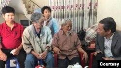 Cụ Lê Đình Kình (thứ hai, từ phải) tiếp ông Nguyễn Tường Thụy (bìa phải) tại Đồng Tâm hồi 2018. (Hình: RFA)