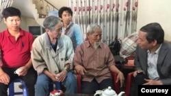 Ông Nguyễn Tường Thụy (phải) trong một lần đến thăm cụ Lê Đình Kình hồi 2018. Cụ Kình nay không còn sống; ông Nguyễn Tường Thụy thì vừa bị tuyên 11 năm tù. (Hình: RFA)