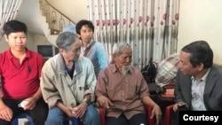 Ông Nguyễn Tường Thụy (phải) trong một lần đến thăm cụ Lê Đình Kình hồi 2018. (Hình: RFA)