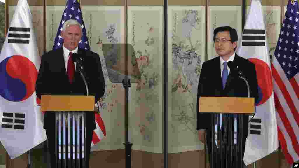 Le vice-président américain Mike Pence avec le président en exercice et Premier ministre de la Corée du Sud Hwang Kyo-ahn lors d'une conférence de presse conjointe après leur réunion à Séoul, le 17 avril 2017.