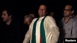Imran Khan (giữa), một cựu cầu thủ cricket giờ làm chính trị gia, cười với người ủng hộ sau bài phát biểu trong ngày Tuần hành Tự do thứ tư tại Islamabad, Pakistan, ngày 17 tháng 4, 2014.