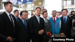 中国国台办主任张志军(中)2015年5月23日抵达台湾金门参加夏张会(夏张会媒体群组提供)